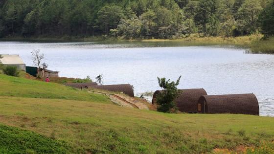 19 nhà gỗ không phép tại KDL Quốc gia hồ Tuyền Lâm đã được di dời ảnh 6