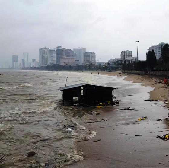 Khánh Hòa: 27 người chết, 10.000 căn nhà bị sập đổ và tốc mái do bão số 12 ảnh 1