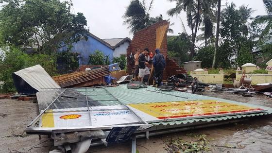 Khánh Hòa: 27 người chết, 10.000 căn nhà bị sập đổ và tốc mái do bão số 12 ảnh 2
