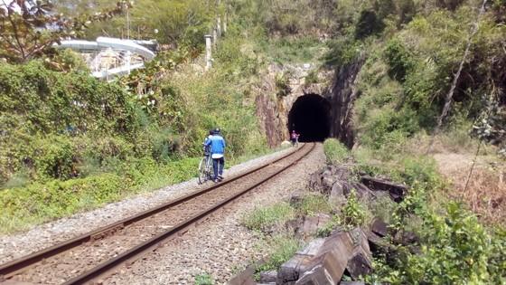 Học sinh chui hầm đường sắt để đến trường ảnh 3