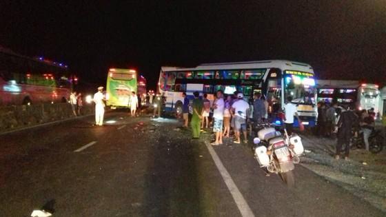 Một vụ tai nạn liên hoàn xe khách xảy ra tại Khánh Hòa khiến ít nhât 2 người chết, 2 người bị thương rất nặng ảnh 1