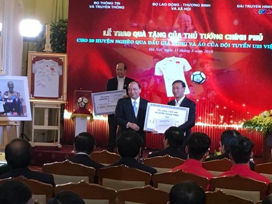 Xây 500 nhà cho người nghèo từ 20 tỷ đồng tiền đấu giá áo và bóng của cầu thủ U23 VN ảnh 2