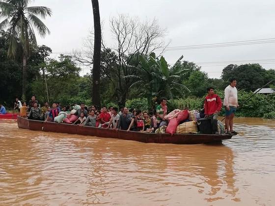 Quân đội Việt Nam đưa hàng trăm chiến sĩ sang hỗ trợ Lào để cứu hộ cứu nạn ảnh 1