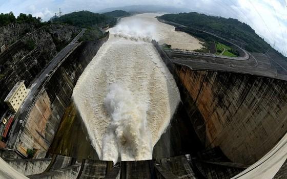 Vừa đóng cửa xả, thủy điện Hòa Bình lại được lệnh mở ảnh 2