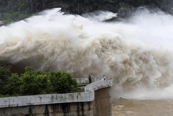 Hàng loạt ngôi nhà đổ ụp xuống sông Đà do thủy điện? ảnh 3