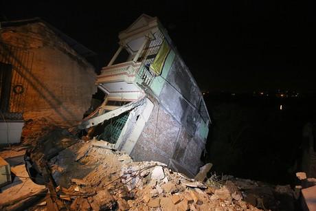 Hàng loạt ngôi nhà đổ ụp xuống sông Đà do thủy điện? ảnh 2