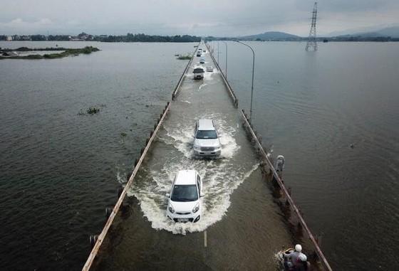 """Hà Nội xuất hiện """"con đường trên biển nước"""" ảnh 2"""