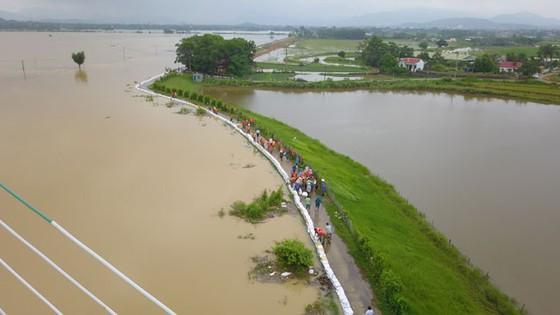 """Hà Nội xuất hiện """"con đường trên biển nước"""" ảnh 11"""