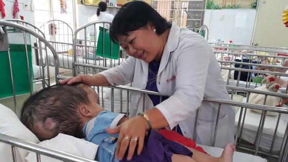 Bác sĩ của trẻ bất hạnh ảnh 1