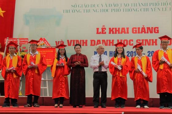 Chủ tịch Quốc Hội Nguyễn Thị Kim Ngân dự lễ khai giảng Trường THPT chuyên Lê Hồng Phong ảnh 5