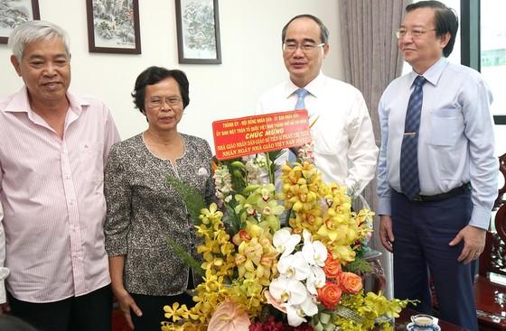 Bí thư Thành ủy TPHCM Nguyễn Thiện Nhân thăm và chúc mừng các nhà giáo tiêu biểu ảnh 2