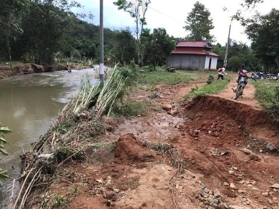 Bình Thuận: Lũ quét gây sập 6 cây cầu, người dân đu dây qua suối ảnh 2
