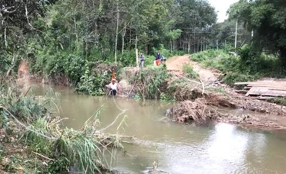 Bình Thuận: Lũ quét gây sập 6 cây cầu, người dân đu dây qua suối ảnh 1