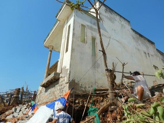 """Người dân Phan Thiết căng mình cứu nhà sắp bị biển """"nuốt chửng"""" ảnh 5"""