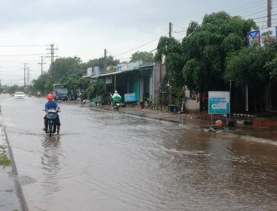 Bức xúc vì cứ mưa là đường biến thành… sông ảnh 2