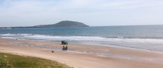 Xe Jeep chở khách du lịch chạy bạt mạng dưới các bãi tắm ở biển Mũi Né ảnh 3