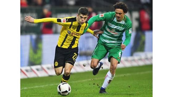 Dortmund (trái) rất cần một chiến thắng trước Bremen, thậm chí là thắng đậm, để bảo vệ vị trí thứ ba  trên bảng xếp hạng.