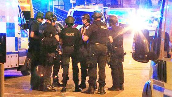 Cảnh sát bên ngoài Manchester Arena.