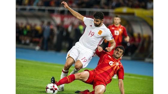 Tây Ban Nha (trái) đã vượt qua Macedonia.