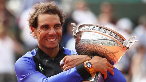 Rafael Nadal sung sướng ôm trọn chiếc cúp Suzanne Lenglen vào lòng.