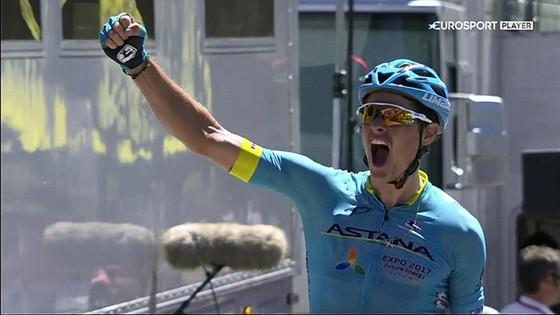 Jakob Fuglsang ăn mừng chiến thắng.