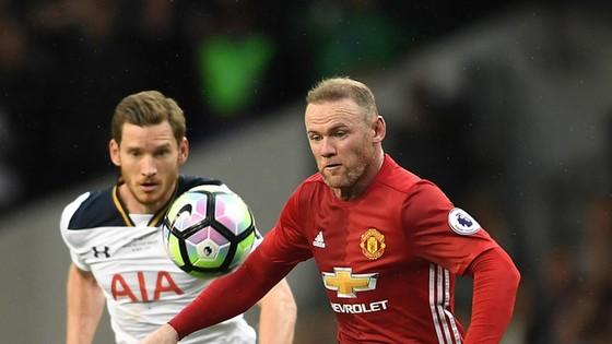 Wayne Rooney (phải) dường như cũng chưa có ý định chia tay Man.United.
