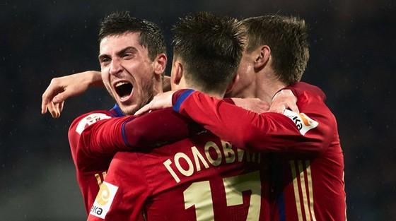 Các cầu thủ CSKA Moskva ăn mừng chiến thắng.