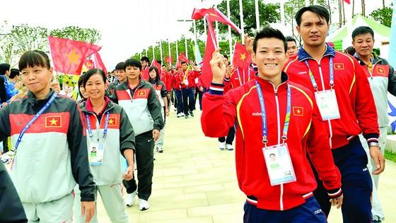 Đoàn thể thao Việt Nam trong buổi lễ thượng cờ tại ASIAD Incheon 2014                                                                                                                             Ảnh: HUY THẮNG