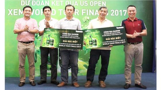 Ban tổ chức trao giải cho các bạn đọc trúng giải