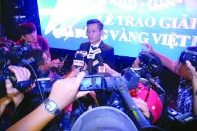Quả bóng vàng Việt Nam 2017 Đinh Thanh Trung trong vòng vây phóng viên ở đêm Gala trao thưởng.   Ảnh: NGUYỄN NHÂN