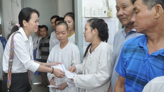 Bạn đọc Báo Sài Gòn Giải Phóng tặng quà tết bệnh nhân và người nghèo ảnh 1