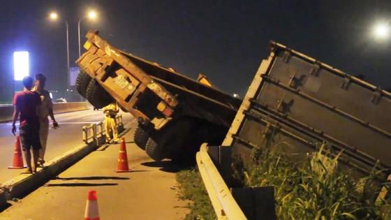 Xe container lật nhào, văng khỏi đường cao tốc TPHCM - Long Thành - Dầu Giây ảnh 1