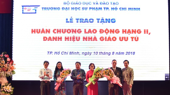 ĐH Sư Phạm TPHCM trao tặng Huy chương Lao động Hạng Nhì và danh hiệu Nhà giáo ưu tú ảnh 1