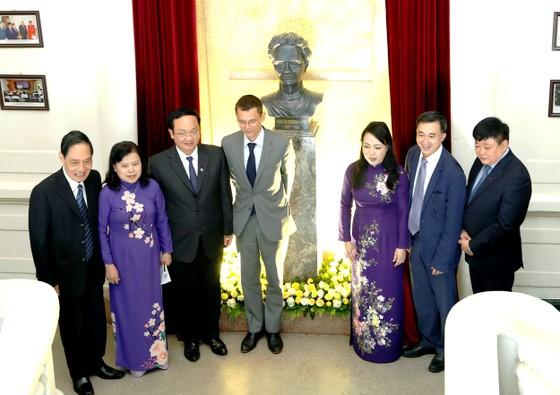 Khánh thành tượng nhà khoa học nhận 2 giải Nobel tại Bệnh viện K ảnh 1