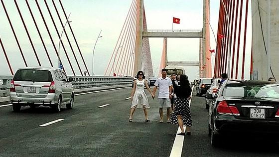 Cầu dây văng lớn nhất Việt Nam vừa thông xe đã xuất hiện vi phạm! ảnh 1