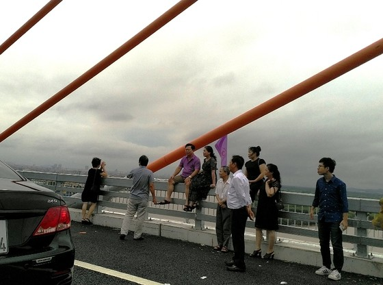 Cầu dây văng lớn nhất Việt Nam vừa thông xe đã xuất hiện vi phạm! ảnh 2