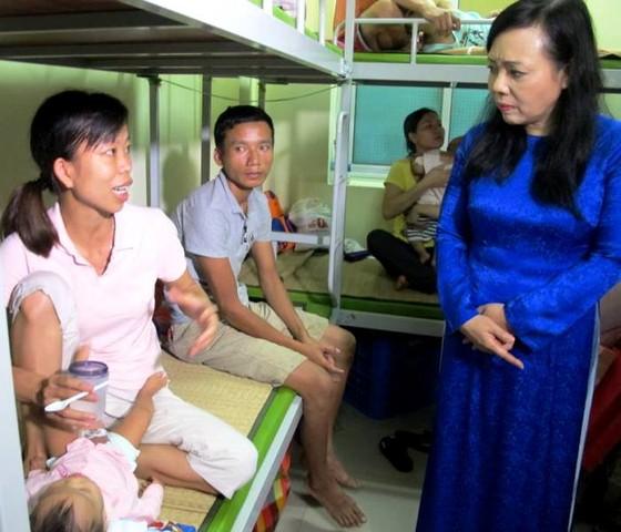 Chia sẻ khó khăn với gia đình bệnh nhi sau vụ cháy gần Bệnh viện Nhi Trung ương ảnh 1