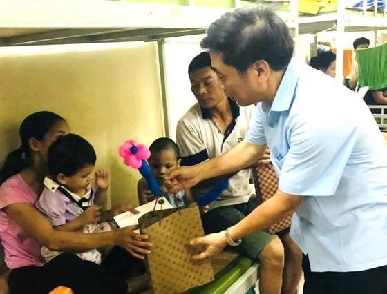 Chia sẻ khó khăn với gia đình bệnh nhi sau vụ cháy gần Bệnh viện Nhi Trung ương ảnh 2