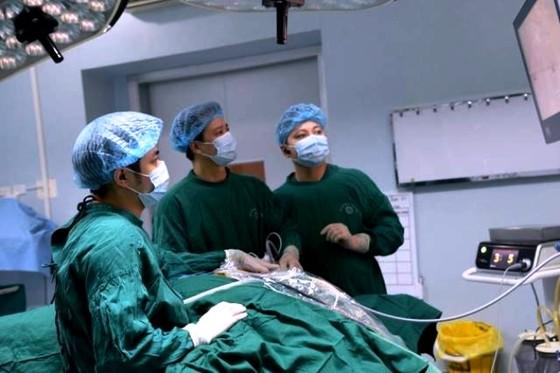 Ứng dụng thành công phương pháp phẫu thuật nội soi tuyến giáp một lỗ ảnh 1