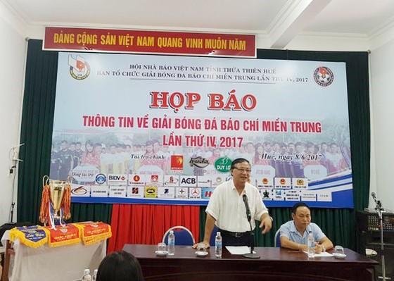 Ban tổ chức trả lời các câu hỏi của PV Báo SGGP tại buổi họp báo Giải bóng đá Báo chí Miền Trung lần thứ IV – 2017.