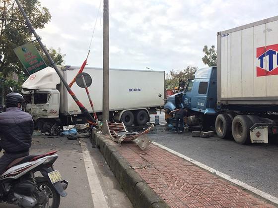 Kinh hoàng container nổ lốp gây tai nạn khiến 3 người bị thương ảnh 1