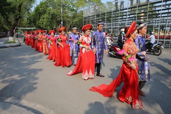12 cặp đôi dâng hoa Bác Hồ trước lễ cưới tập thể ảnh 4