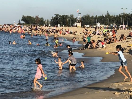 Nắng nóng trên 40°C, sinh hoạt người dân miền Trung đảo lộn ảnh 1