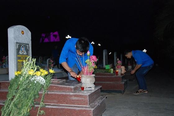 Thắp nến tri ân các anh hùng liệt sĩ tại 72 nghĩa trang ở Quảng Trị ảnh 1