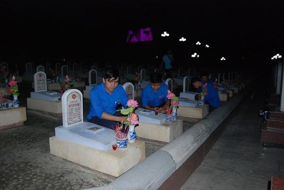 Thắp nến tri ân các anh hùng liệt sĩ tại 72 nghĩa trang ở Quảng Trị ảnh 4
