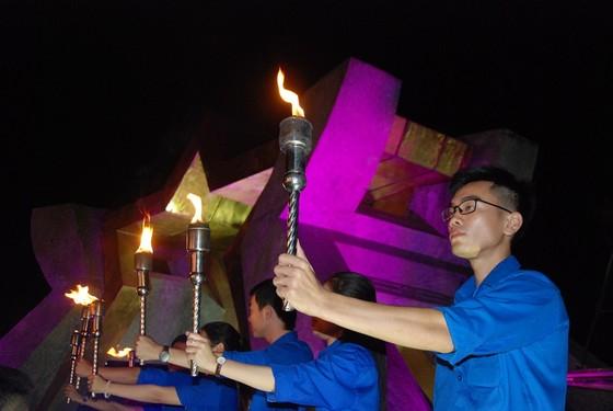 Thắp nến tri ân các anh hùng liệt sĩ tại 72 nghĩa trang ở Quảng Trị ảnh 3