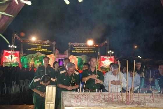Thắp nến tri ân các anh hùng liệt sĩ tại 72 nghĩa trang ở Quảng Trị ảnh 2