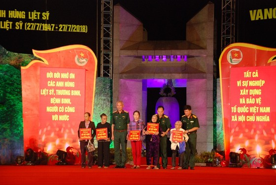 Thắp nến tri ân các anh hùng liệt sĩ tại 72 nghĩa trang ở Quảng Trị ảnh 5