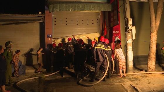 Cảnh sát PCCC cứu 5 người dân trong đám cháy lúc rạng sáng tại Huế ảnh 1