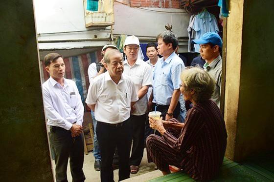 """Chủ tịch UBND tỉnh Thừa Thiên – Huế đến với người dân sống """"treo"""" trên Kinh thành Huế ảnh 1"""